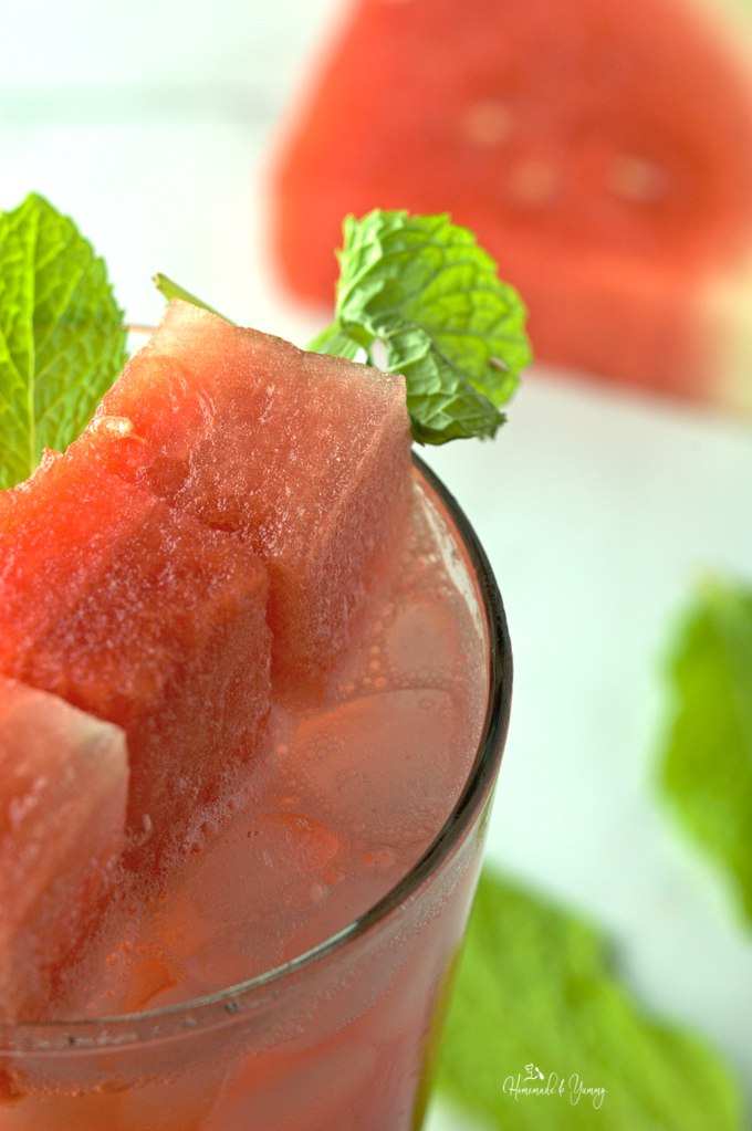 Watermelon Mint Refresher combines fresh watermelon juice with mint tea, to create a refreshing sugar free thirst quencher. Perfect for hot summer days! | homemadeandyummy.com