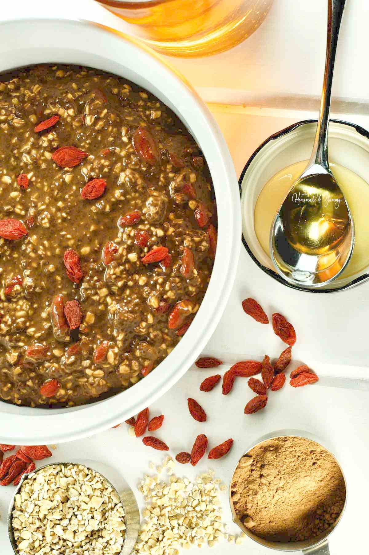 Healthy breakfast recipe with chocolate and oats.